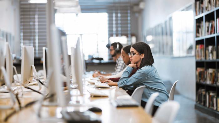 Studierende am PC © PeopleImages