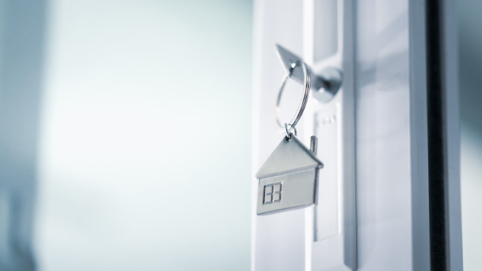 Wohnungstür mit Schlüssel © sommart , stock.adobe.com