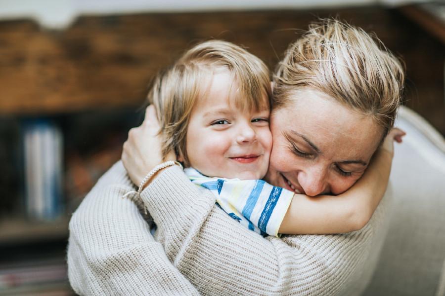 Mama umarmt ihr Kind © iStock, skynesher