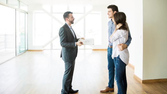 Paar mit Makler in neuer Wohnung © AntonioDiaz, stock.adobe.com
