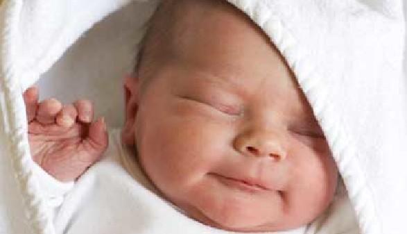 Ein neugeborenes Baby erblickt das Licht der Welt! © Melissa Schalke, Fotolia.com
