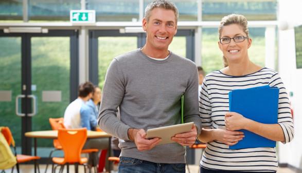 Zwei Personen bei der beruflichen Weiterbildung © micromonkey, stock.adobe.com