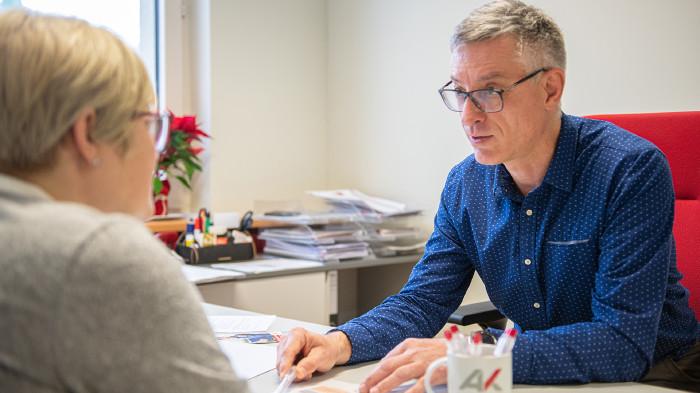 Gesprächssituation am Schreibtisch zwischen Berater und Kunde © AK / Marc Wolf