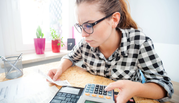Frau mit Taschenrechner © leszekglasner, Adobe Stock