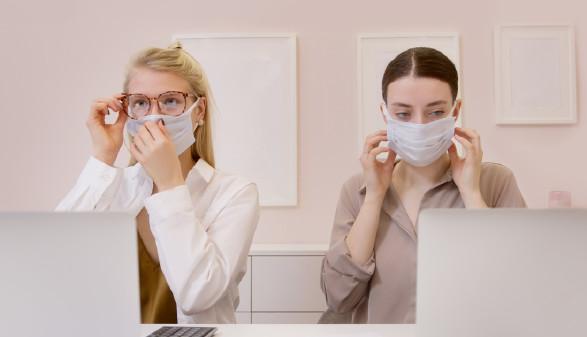 Frauen in einem Büro mit Mund-Nasen-Schutz © Pexels, Artem Podrez