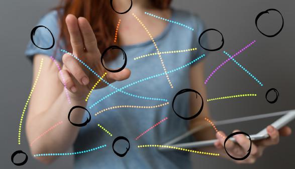 Frau mit Tablet zeigt auf verbundene Kreise ©  vegefox.com, stock.adobe.com