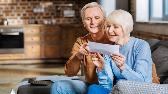 Älteres Ehepaar mit Schreiben in der Hand © zinkevych, stock.adobe.com