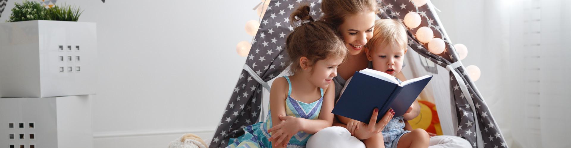 Mutter liest mit Kindern ein Buch © JenkoAtaman, stock.adobe.com