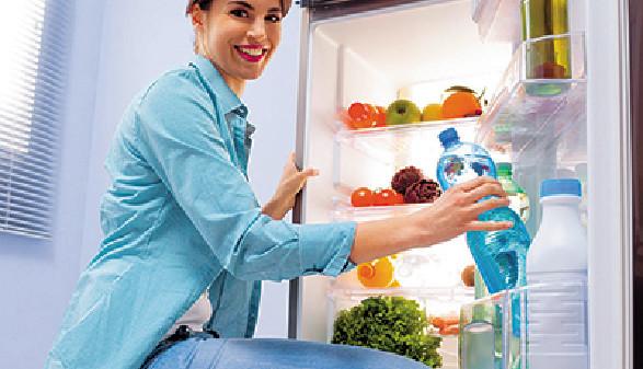 Frau vor geöffnetem Kühlschrank © stokkete, fotolia.de