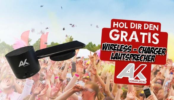 Bluetooth-Headset vor in die Höhe gestreckten Händen © Jürgen Fälchle, stock.adobe.com