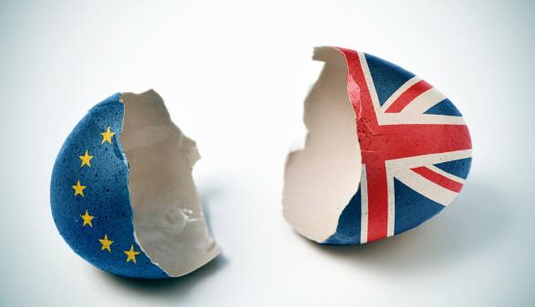 Zwei Hälften einer zerbrochenen Eierschale. Die eine Hälfte wie die Flagge der EU bemalt, die andere wie die Flagge des Vereinigten Königreiches. © nito, stock.adobe.com