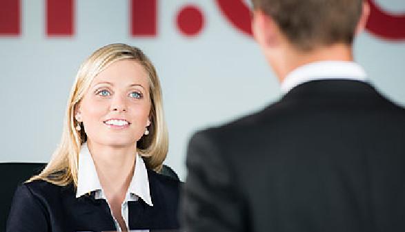 Freundliche Beraterin lächelt Kunden an © Picture-Factory, Fotolia.com