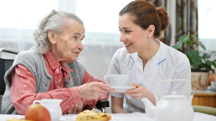 Pflegerin mit älterer Dame beim Tee © Alexander Raths, stock.adobe.com