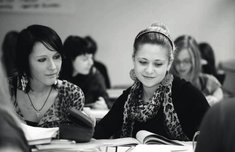 zwei Schülerinnen in der Klasse © Archivscan