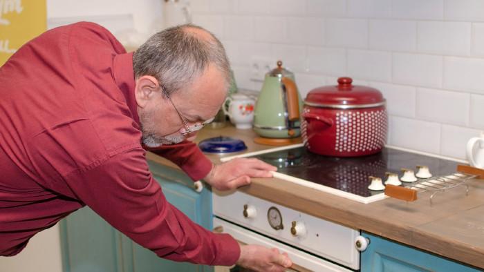 Pensionist in der Küche © retoncy, stock.adobe.com