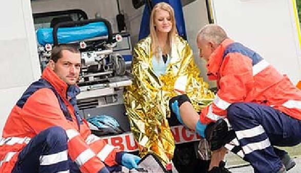 Frau wird in Krankenwagen verarztet. © CandyBox Images, Fotolia.com