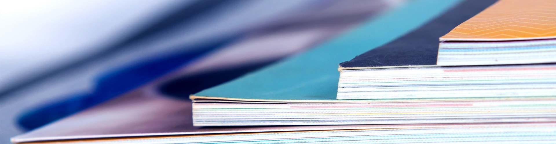 Bunte Hefte liegen übereinander © stock.adobe.com, stock.adobe.com