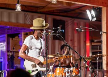Der nigerianische Sänger und Gitarrist Keziah Jones begeisterte Freitagabend das Publikum der Schaffarei. An die 3000 Besucher kamen, um ihn zu hören. © AK Vbg / Jürgen Gorbach