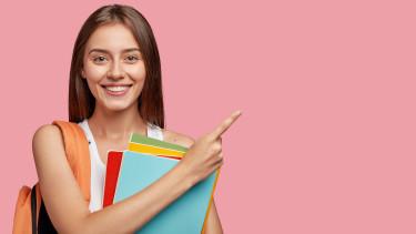 Lächelndes Mädchen mit Büchern © Wayhome Studio, Adobe Stock