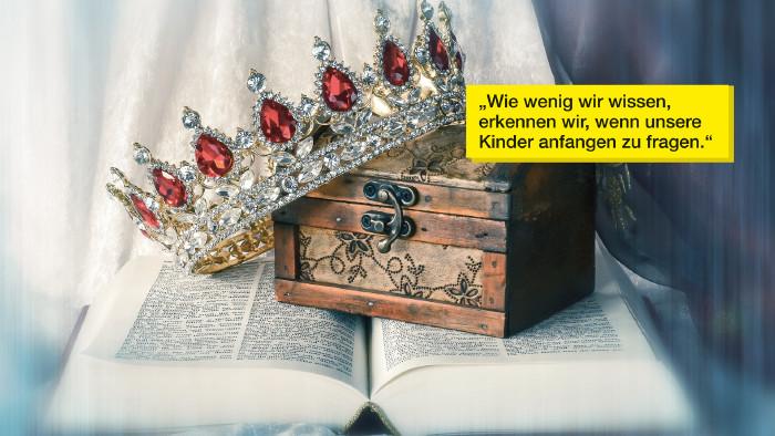 Schatztruhe und Krone auf aufgeschlagenem Buch © Goldengel, stock.adobe.com