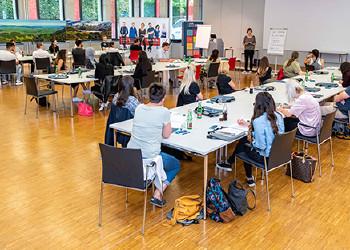 Die neuen Studentinnen und Studenten machten sich mit den Finessen des digitalen Lernens vertraut.  © AKV, Jürgen Gorbach