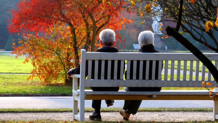 Pensionisten sitzen auf Parkbank © Farbkombinat, stock.adobe.com