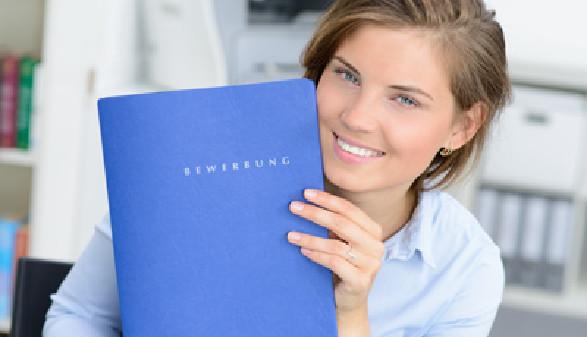 Frau mit Bewerbungsmappe © Picture Factory, fotolia.com
