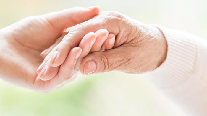 Junge Frau hält die Hand einer alten Frau © AdobeStock, Photographee.eu
