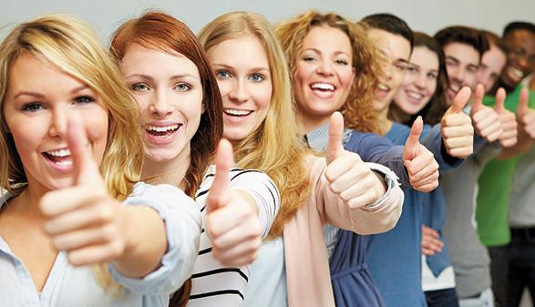 Junge Menschen halten Daumen hoch © Robert Kneschke, fotolia.com