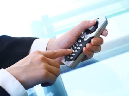 Tasten am Handy werden gedrückt © yellowj, Fotolia.com