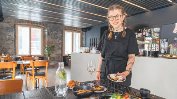 Mitarbeiterin im Kuche und Klub präsentiert das Frühstück © AK Vbg