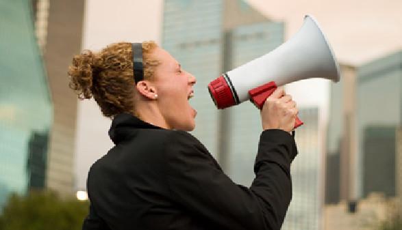Frau schreit in ein Megaphon © Ken Hurst, Fotolia