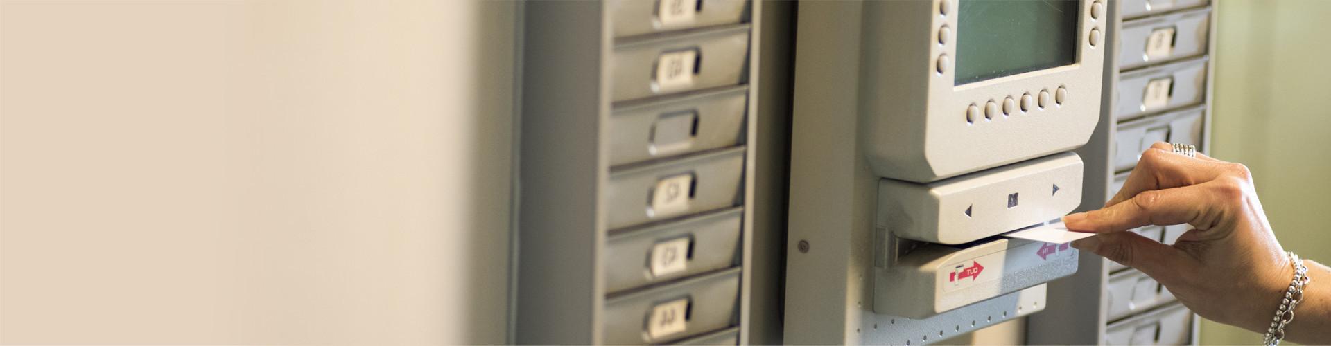 Eine Hand zieht eine Stundenkarte durch eine Stechuhr © ermetico, stock.adobe.com