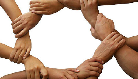 Mneschen gebe sich die Hände - Symbol für Zusammenhalt! © Stephen Coburn, Fotolia.com