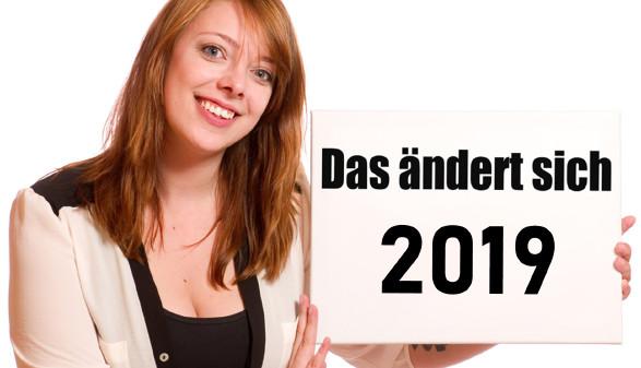 Frau hält Tafel mit © VRD, Stock.Adobe.com