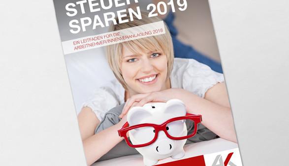 Blonde Frau mit weißem Sparschein mit roter Brille © contrastwerkstatt + graja, stock.adobe.com