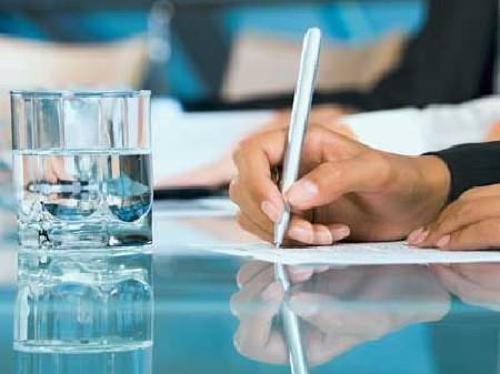 Arbeitnehmerin beim Schreiben © pressmaster, Fotolia.com