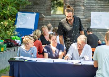 An die 40 Menschen bildeten das Manifest-Kollektiv: Alt und Jung, Arbeitnehmer und Arbeitgeber, bunt zusammengewürfelt berieten sie drei Tage lang die Zukunft der Arbeit. © AK Vbg / Jürgen Gorbach