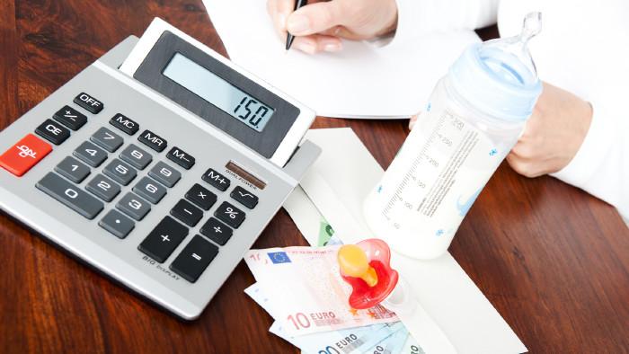 Rechner, Euroscheine und Babyflasche © drubig-photo, stock.adobe.com