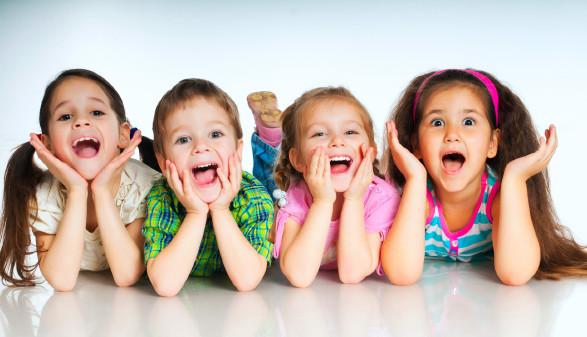 Vier Kinder stützen sich auf ihre Ellbogen © GeKaSkr, depositphotos