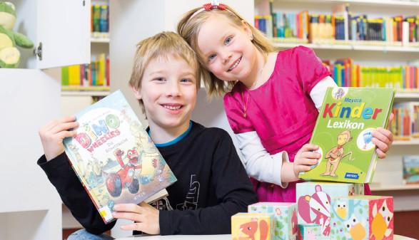 zwei Kinder mit Bilderbüchern in der Bibliothek © Dietmar Walser