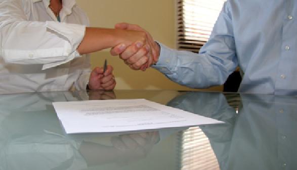 Betriebsrat und Chef geben sich die Hände © Claus Mikosch, Fotolia.com