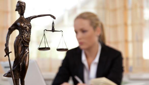Justitia im Vordergrund Frau im Hintergrund © Gina Sanders, stock.adobe.com