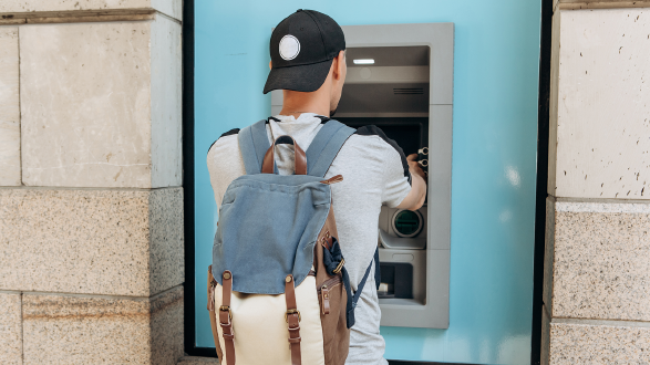 Junger Mann hebt bei Bankomat Geld ab © franz12, stock.adobe.com