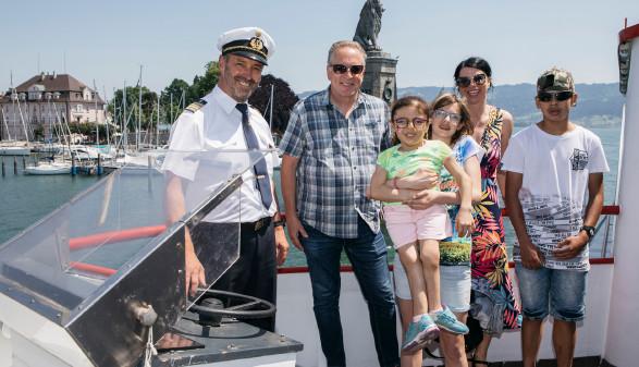 AK-Präsident und Schiffskapitän genießen die Ausfahrt mit Menschen mit Handicap auf dem Schiff © Lisa Mathis, Mathis Fotografie