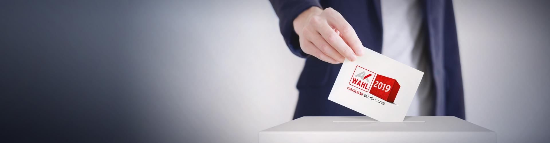 Karte wird in Wahlurne eingeworfen © Anton Sokolov, stock.adobe.com