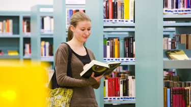 Leserin in der AK-Bibliothek © Dietmar Walser