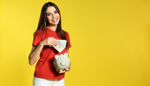 Mädchen mit Geld und Sparschwein © New Africa, Adobe Stock