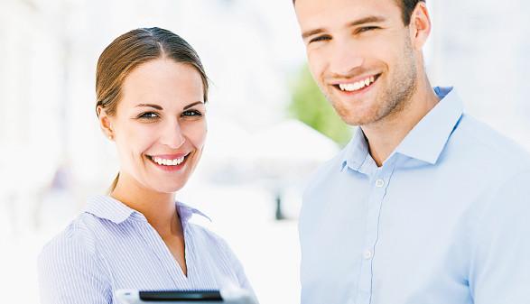 Mann und Frau im Businesslook mit Tablet © pikselstock, stock.adobe.com