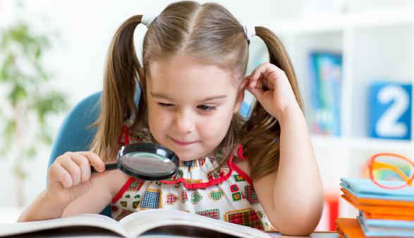 Kind liest mit Lupe in einem Buch © Oksana Kuzmina, stock.adobe.com